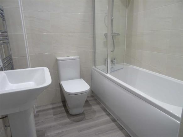 Luxury bathroom (side)