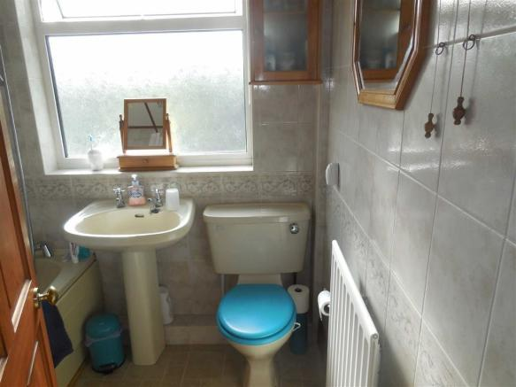 Bathroom (rear)