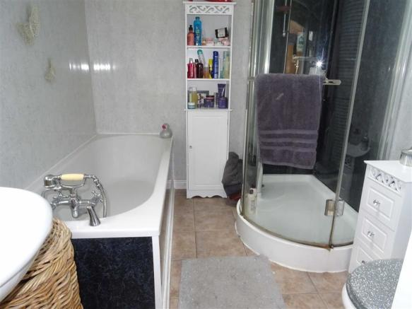 Modern fitted bathroom (rear)