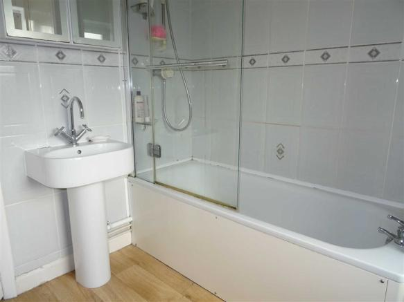 Modern spacious bathroom (rear)