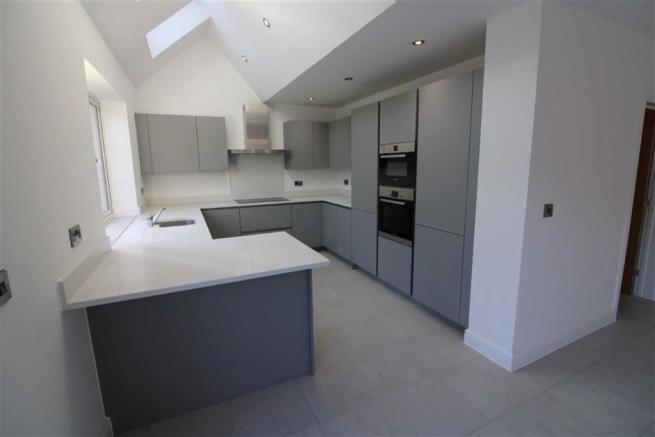 SUPERBLY FITTED KITCHEN