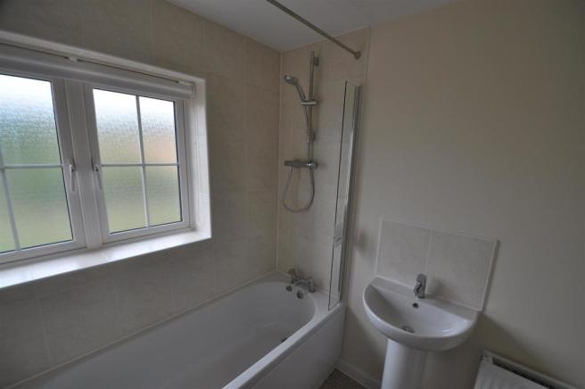 33 Hawkins Road Family Bathroom.jpg