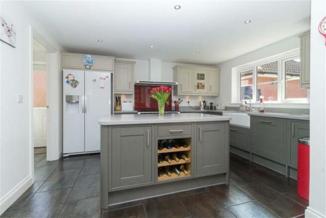 OPEN-PLAN KITCHEN & DINING ROOM