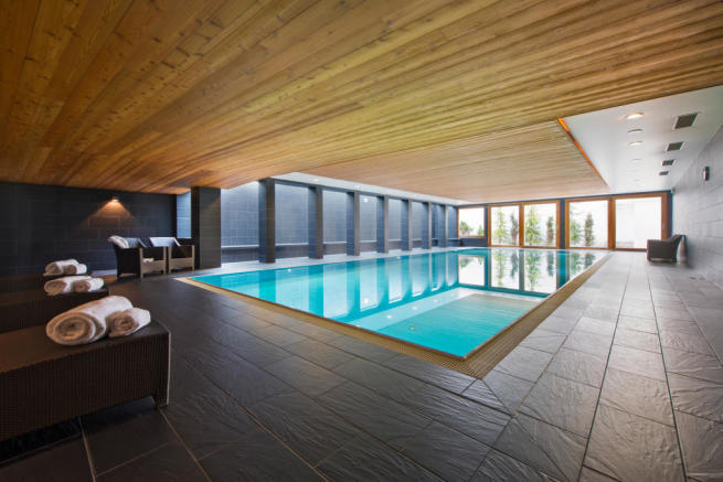 Pool with seating at Valentine 210