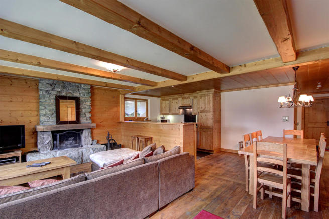 Open plan living room with kitchen and dining room at Gai Torrent apartment in Verbier