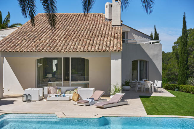 View of terrace and pool of a 5-bed villa in Mougins