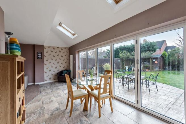 Dining room to garde