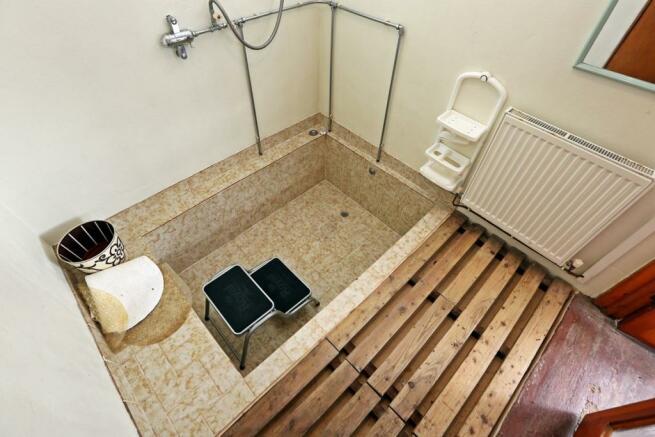 Sunken bath/shower