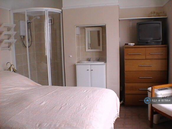Downstairs Ensuite Bedroom1