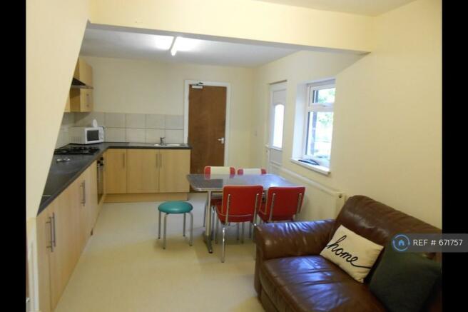 Large Modern Lounge/Kitchen