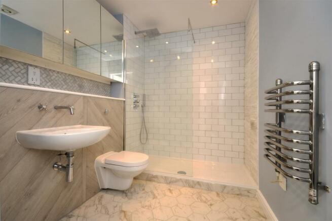 4 Peter House (shower room).jpg