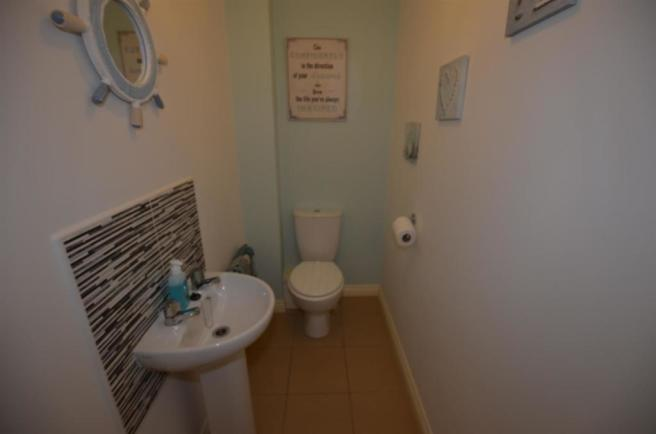 Guest's Cloakroom / Wc