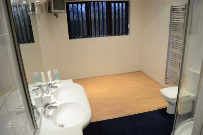 Family shower room (rear)