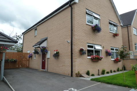 Rashcliffe Hill Road, Huddersfield, West Yorkshire, HD1. 4 bedroom semi-detached house