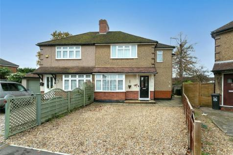 Bramble Close, Watford, Hertfordshire, WD25. 2 bedroom maisonette