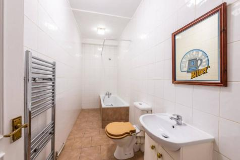 Warwick Road, Earls Court, London, SW5. 2 bedroom maisonette
