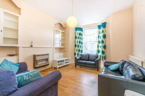 Brooke Road, Stoke Newington, London, N16. 3 bedroom flat