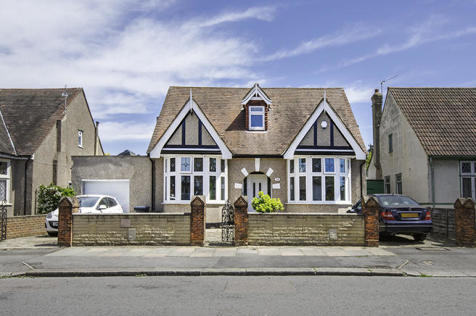 Gyllyngdune Gardens, Ilford, Essex, IG3. 6 bedroom detached bungalow