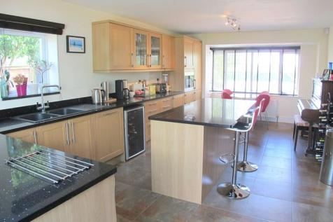 Portsmouth Road, Lee-On-The-Solent, Hampshire, PO13. 4 bedroom detached house