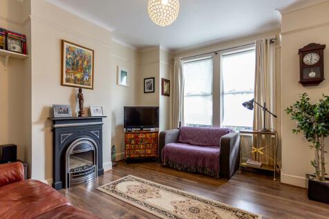 Darwin Road, London. 2 bedroom ground maisonette