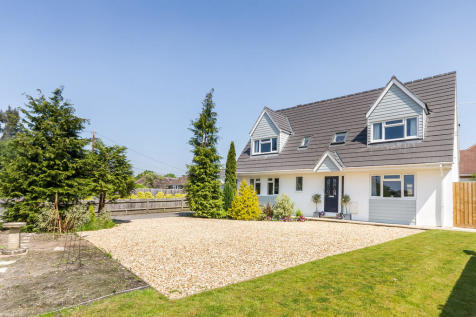 Woolsbridge Road, St Leonards, Ringwood. 4 bedroom chalet