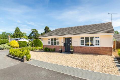 Pineholt Close, St Ives, Ringwood. 3 bedroom detached bungalow