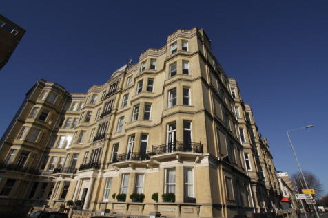 Grand Avenue Mansions, Grand Avenue, Hove. 2 bedroom ground floor flat