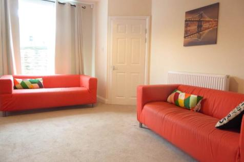 Almondbury Bank, Huddersfield, West Yorkshire, HD5. 3 bedroom terraced house