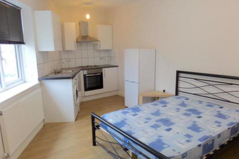 Longford Avenue, Southall, Middlesex. Studio flat