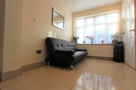 Rowantree Close, Winchmore Hill, N21. Studio flat