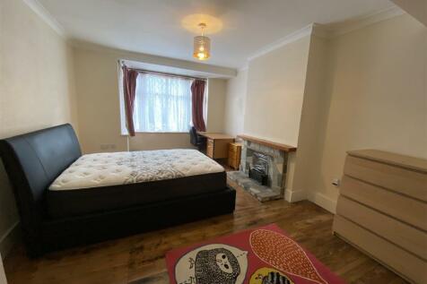 Hillingdon Hill, Uxbridge, UB10. 4 bedroom terraced house