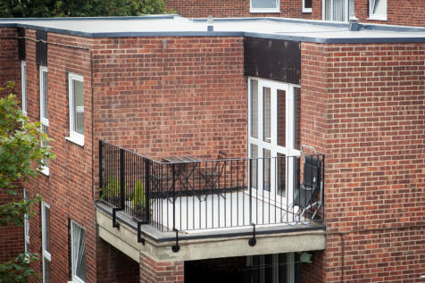 Lidgett Park Court, Roundhay,~TOP FLOOR with one of the LARGEST and FEW SOUTH FACING 'OPEN' balconies on the development. 2 bedroom apartment