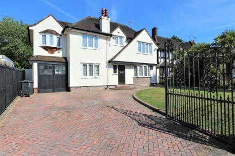 New Forest Lane, Chigwell, Essex, IG7. 4 bedroom detached house