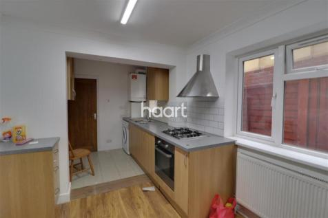 North Road Southall UB1 2UX. 4 bedroom flat