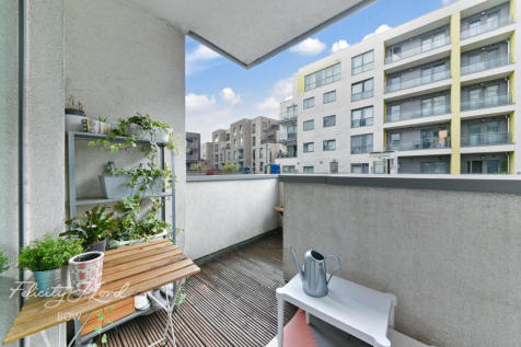 Bow Common Lane, London. 3 bedroom flat for sale