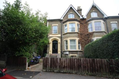 Broomhill Road, Woodford Green, Essex, IG8. 2 bedroom flat