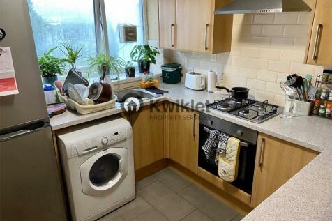 Wood Road, Pontypridd, South Glamorgan, Rhondda Cynon Taff, CF37. 4 bedroom flat