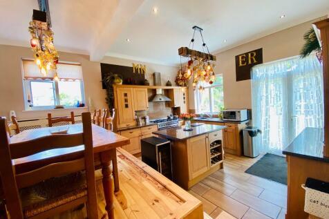 Iris Crescent, Bexleyheath DA7 5QB. 4 bedroom semi-detached house for sale
