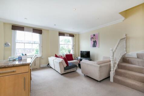 Earls Court Road, W8. 3 bedroom maisonette