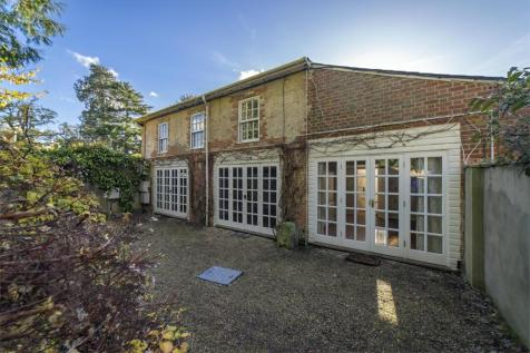 Northbrook Estate, Farnham, Hampshire, GU10. 2 bedroom maisonette
