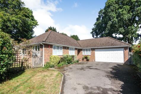 Ambleside Road, Lymington, Hampshire, SO41. 3 bedroom bungalow
