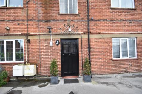 Packhorse Road, Gerrards Cross, SL9. 3 bedroom flat