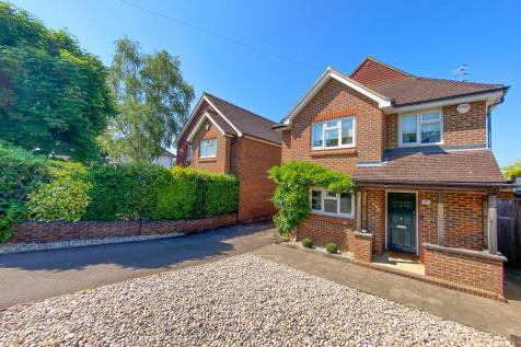 Leigh Road, Cobham. 3 bedroom detached house