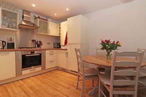 95 Brighton Road, Redhill. 2 bedroom flat for sale