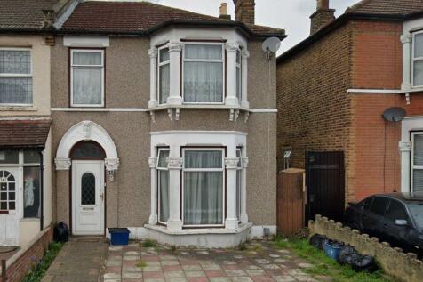 St Albans Road, Seven Kings, IG3. 3 bedroom end of terrace house