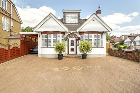 Howletts Lane, Ruislip, Middlesex, HA4. 4 bedroom detached house
