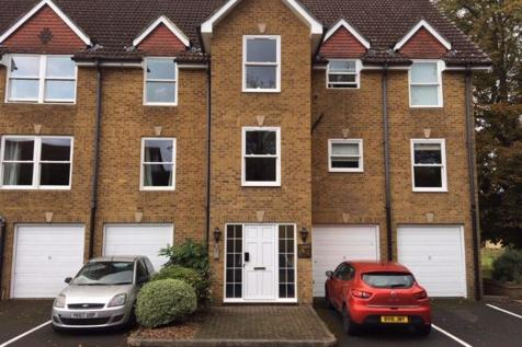 Walking distance of Town Centre with Parking. 1 bedroom flat