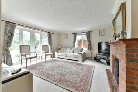 Brighton Road, Salfords, Redhill. 4 bedroom detached house