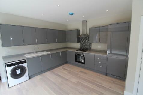 Becontree Avenue, Dagenham, London, RM8. 3 bedroom detached house