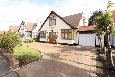 Westrow Gardens, Seven Kings, Essex, IG3. 5 bedroom detached house for sale